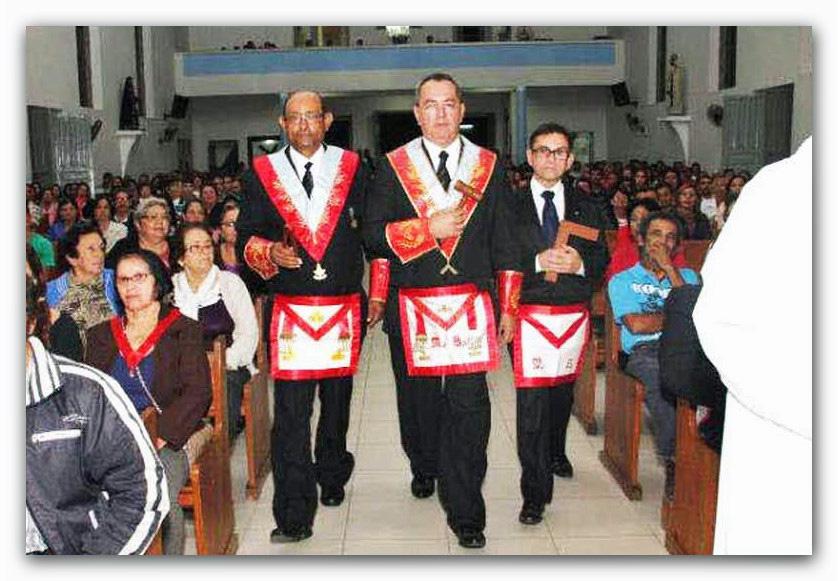 massoni-con-simboli-in-chiesa-cattolica
